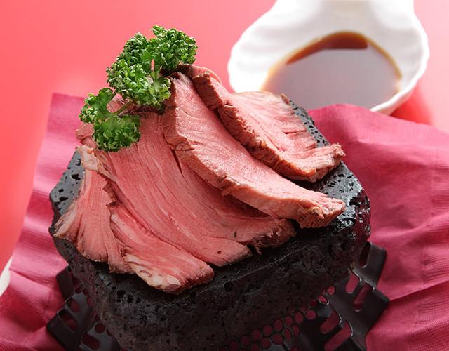 和牛フィレ肉の溶岩焼き 西洋わさび醤油だれ